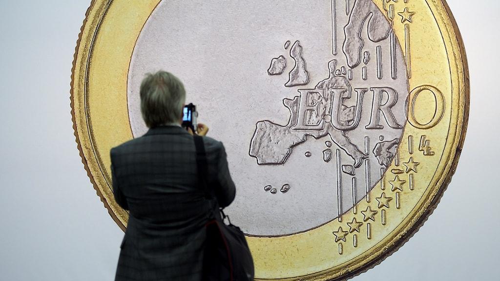 """""""Euro"""" av den danska konstnärsgruppen Superflex visas på konstmässan Art Cologne i Köln."""