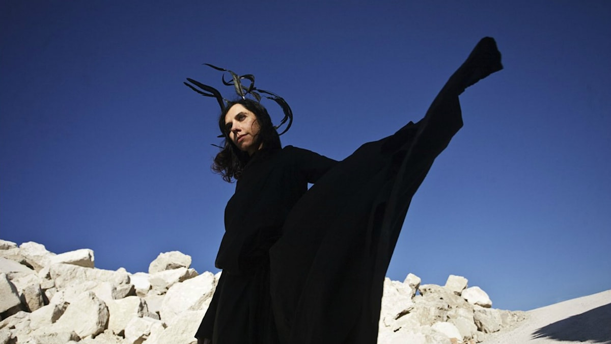 """Pressbild i samband med släppet av PJ Harveys förra skiva """"Let England shake"""" från 2011."""
