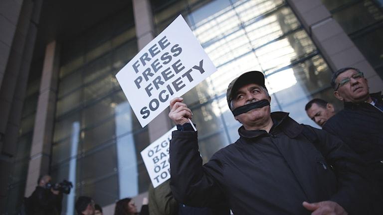 Protester i Istanbul mot rättegången där två turkiska journalister ställts inför rätta.