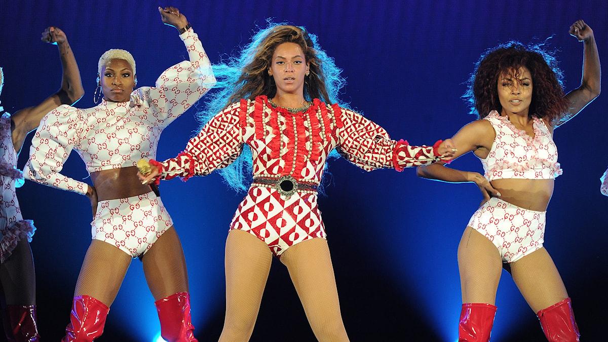 Beyonce och dansare vid turnépremiären i Miami.