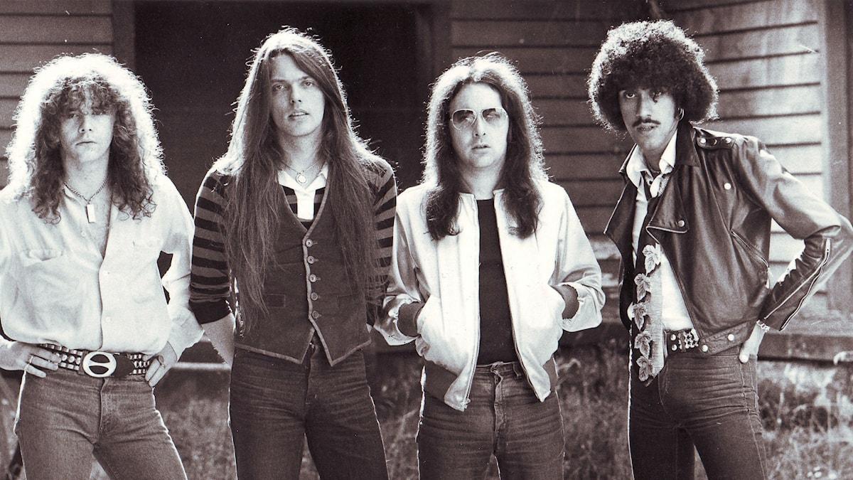Thin Lizzy 1976. Fr v Brian Robertson, gitarr, Scott Gorham, gitarr, Brian Downey, trummor och Phil Lynott, bas och sång.