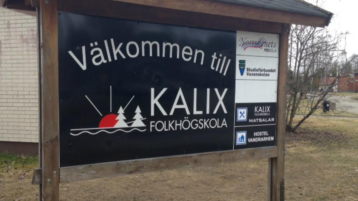 Skylt som visar Kalix Folkhögskola