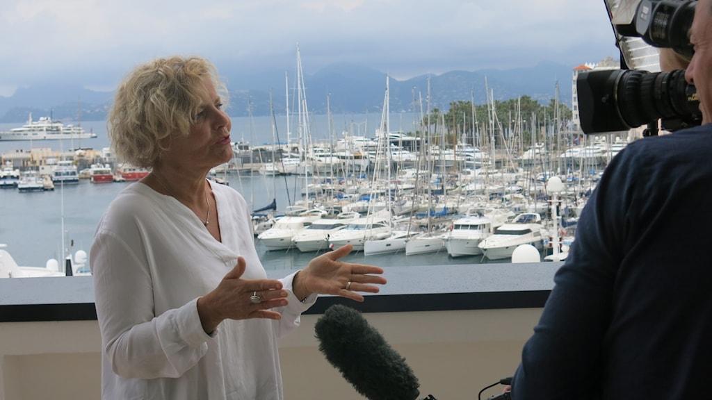 Anna Serner intervjuas efter seminariet i Cannes där hon hotade att dra in marknadsstöd för männen. Foto: Björn Jansson/Sveriges Radio.