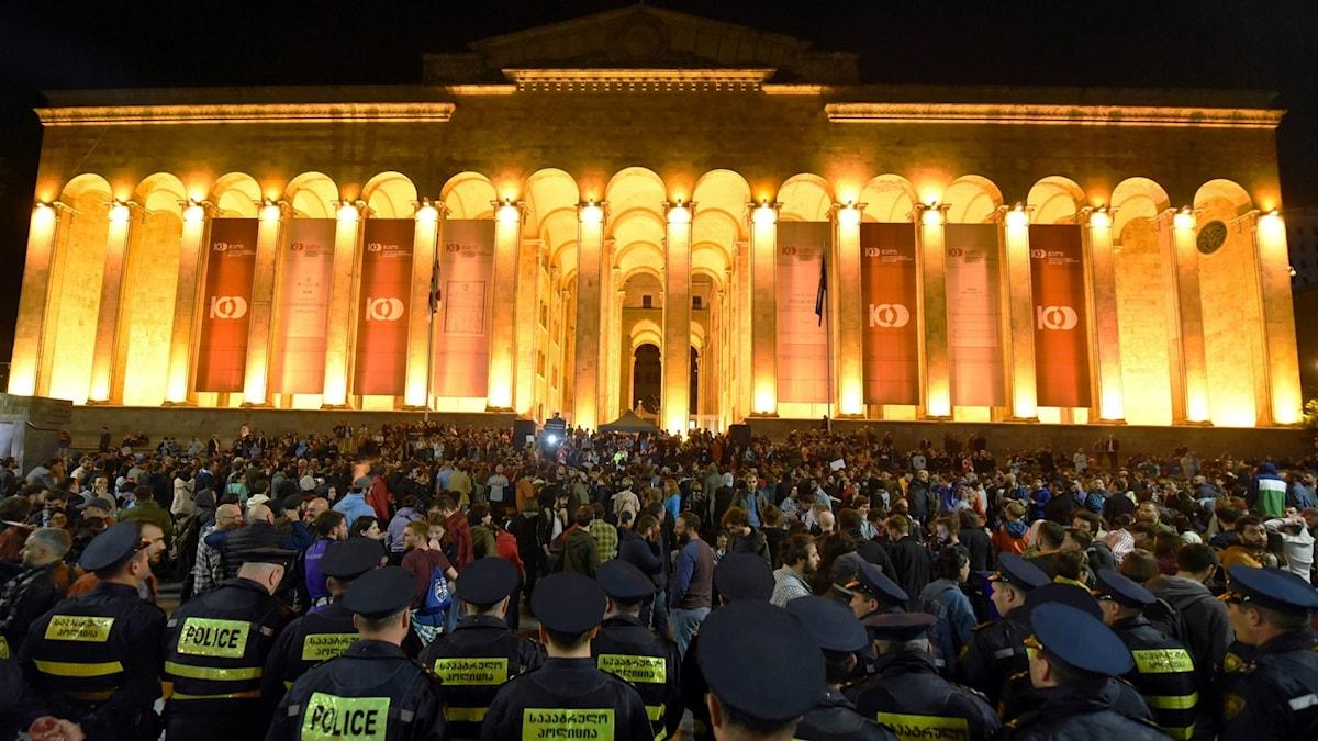 Protester i Tbilisi efter polisräder på nattklubbar.