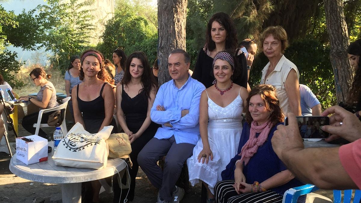 några av Turkiets främsta författare samlade till stöd för Asli Erdogan. Från vänster: Gönül Kıvılcım, Seray Şahiner, Murathan Mungan, Sema Kaygusuz och Vivet Kanetti.