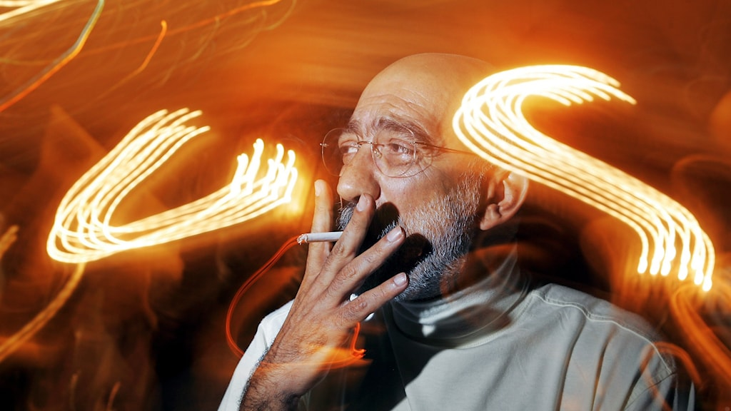Författaren Ahmed Altan röker en cigarett.