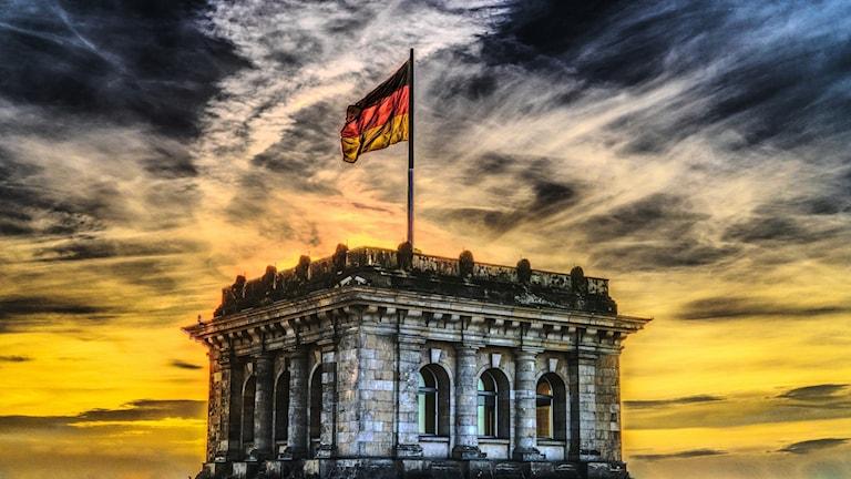 Tyskland flaggar vajar ovanför en byggnad.