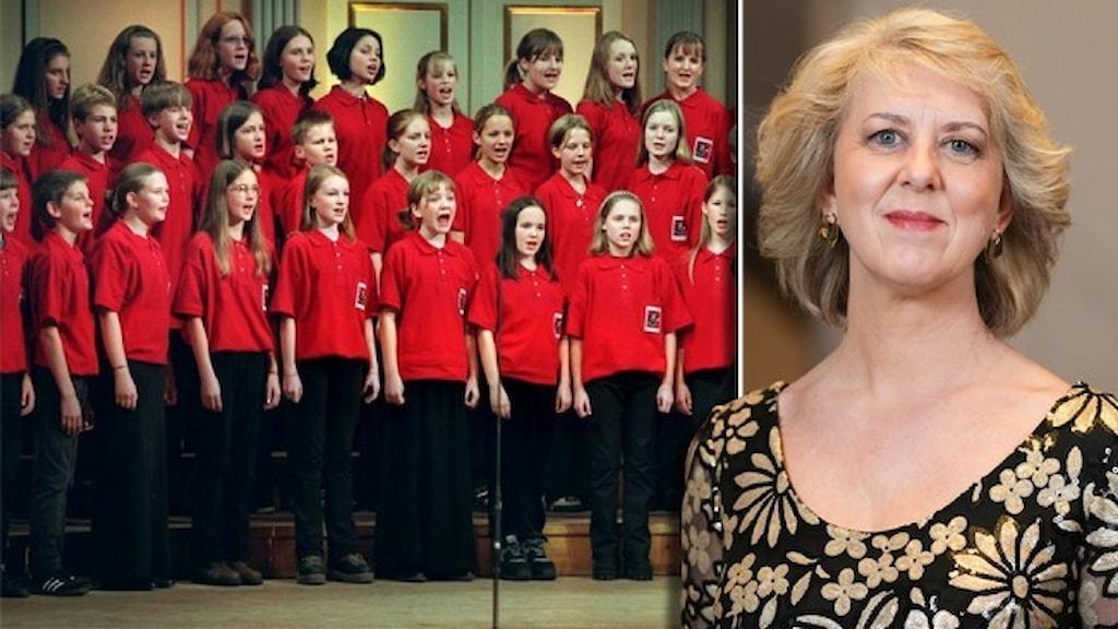 Körledare gestikulrerar framför unga körsångare klädda i röda och svarta kläder. Porträtt av Susanne Rydén, ordförande för Kungliga musikaliska akademien.