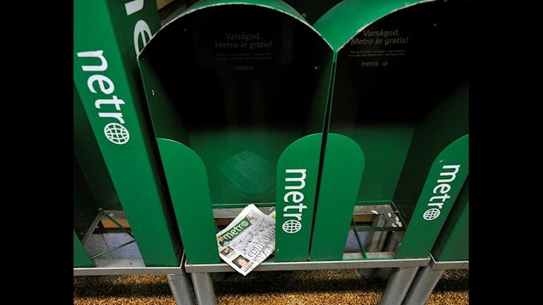 Metro i ett tidningsställ.