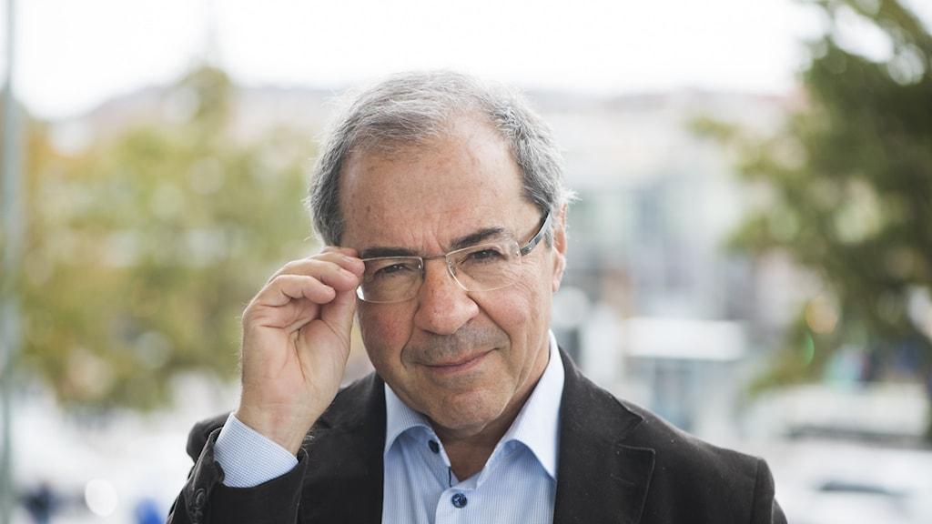 Porträtt av författaren Göran Rosenberg taget utomhus