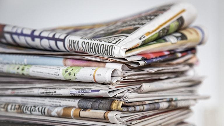 En hög med dagstidningar.