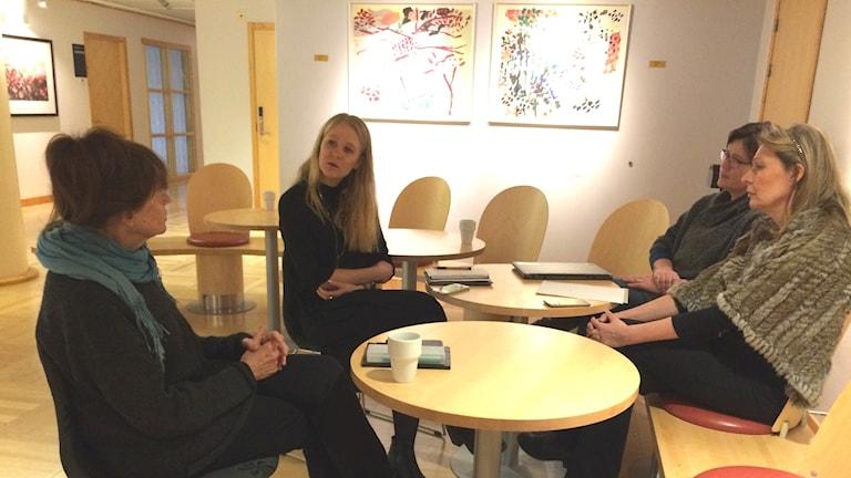 Diskussionerna om vad kulturaktörerna i Umeåregionen saknade från Kulturhuvudstadsåret gick varma. Från vänster konstnären Gunilla Samberg och Hanna Sondell från Umeå kommun.