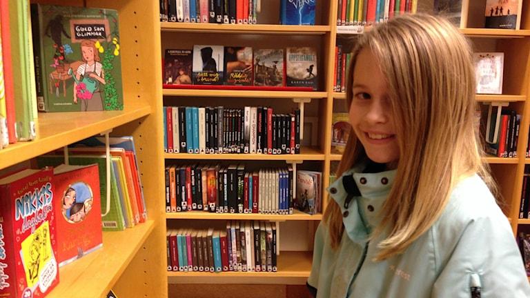Tilda Edlund, 9 år, har tagit sig till biblioteket på läslovet.