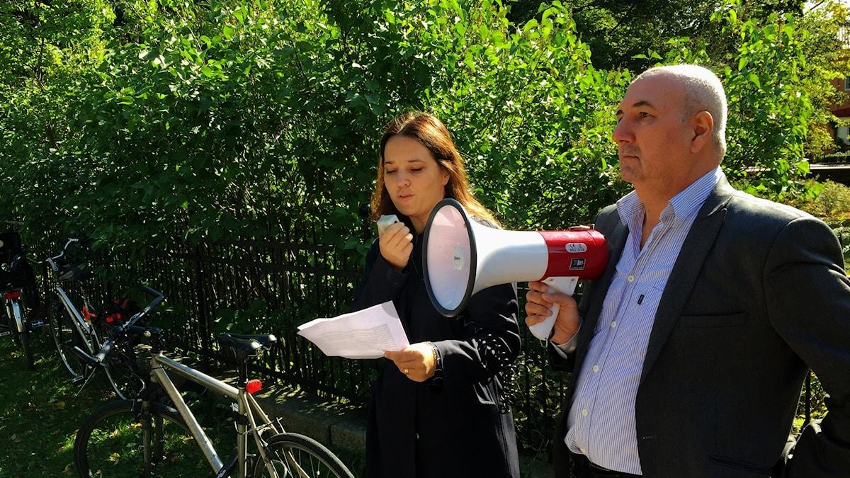 Expressens kulturchef Karin Olsson och journalisten Kurdo Baksi vid manifestationen för Hamza Yalcin. Foto: Berit Nygren/SR