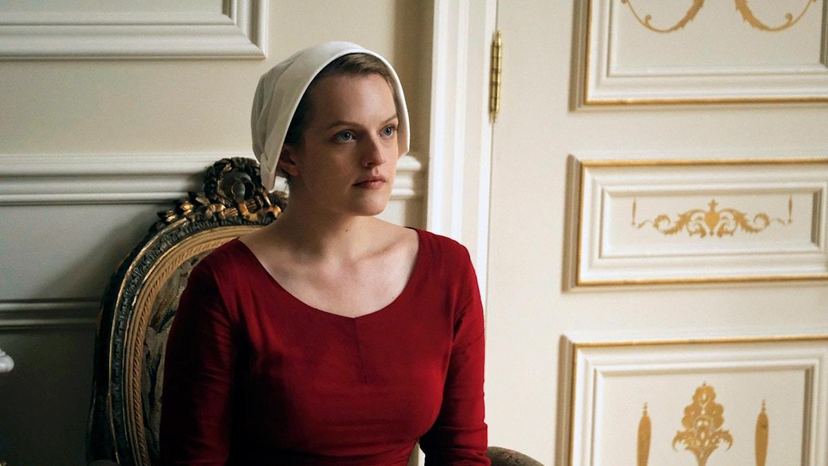 "Elisabeth Moss spelar Offred i tv-serien ""The Handmaid's Tale""."