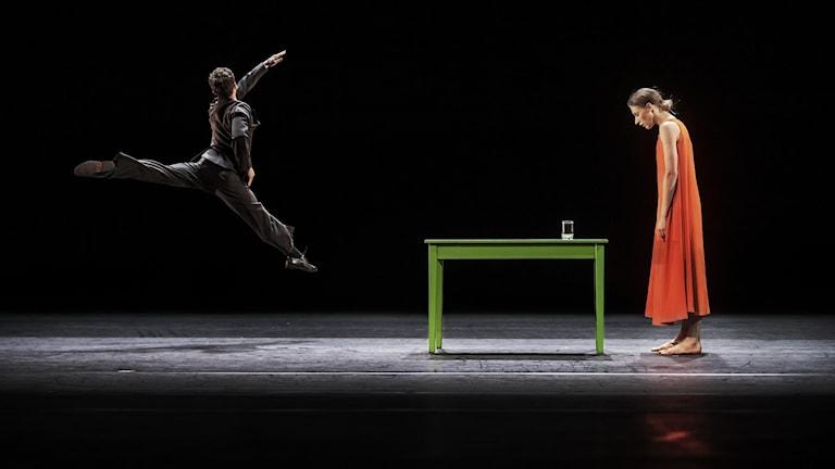 ur överbord av M0ats Ek, del av Kungliga Operans program Kylián/Ek/Naharin. På bilden: Dmitry Zagrebinoch Daria Ivanova.