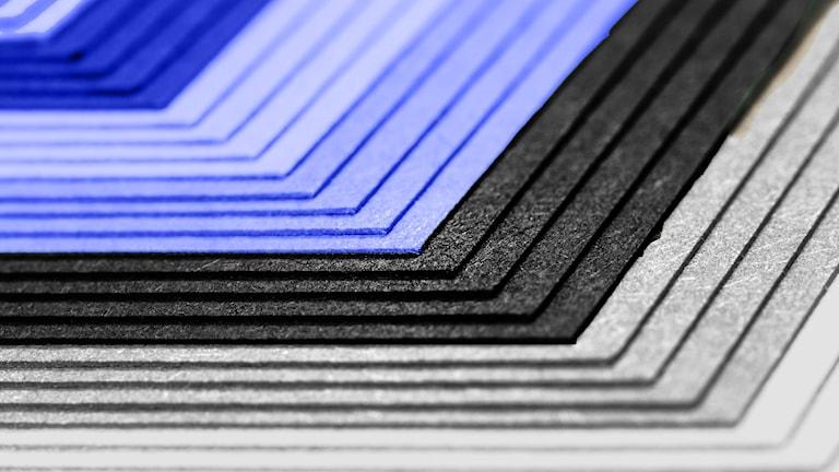 Papper som följer samma färgkombination som Estlands flagga.