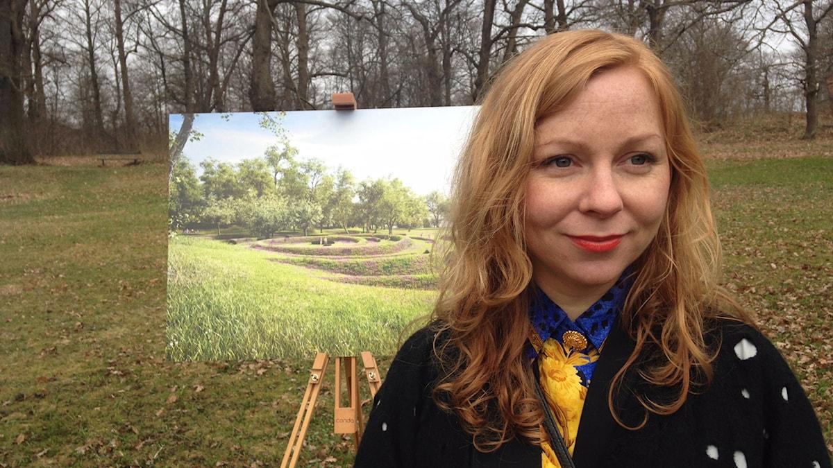 Konstnären Lea Porsager berättar om sitt idéförslag på platsen för minnesvården på Djurgården i Stockholm.