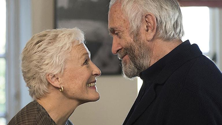 "Glenn Close och Jonathan Pryce i filmen ""The Wife""."