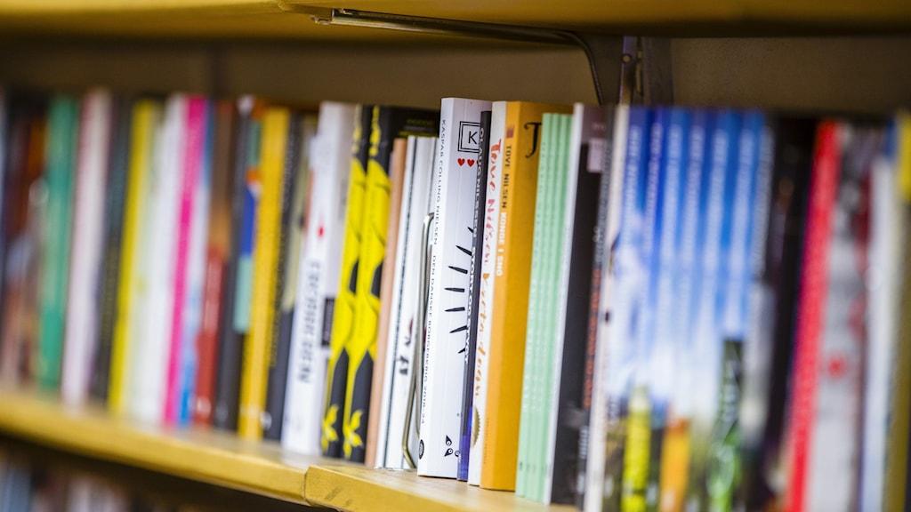Böcker i en hylla i en bokhandel.