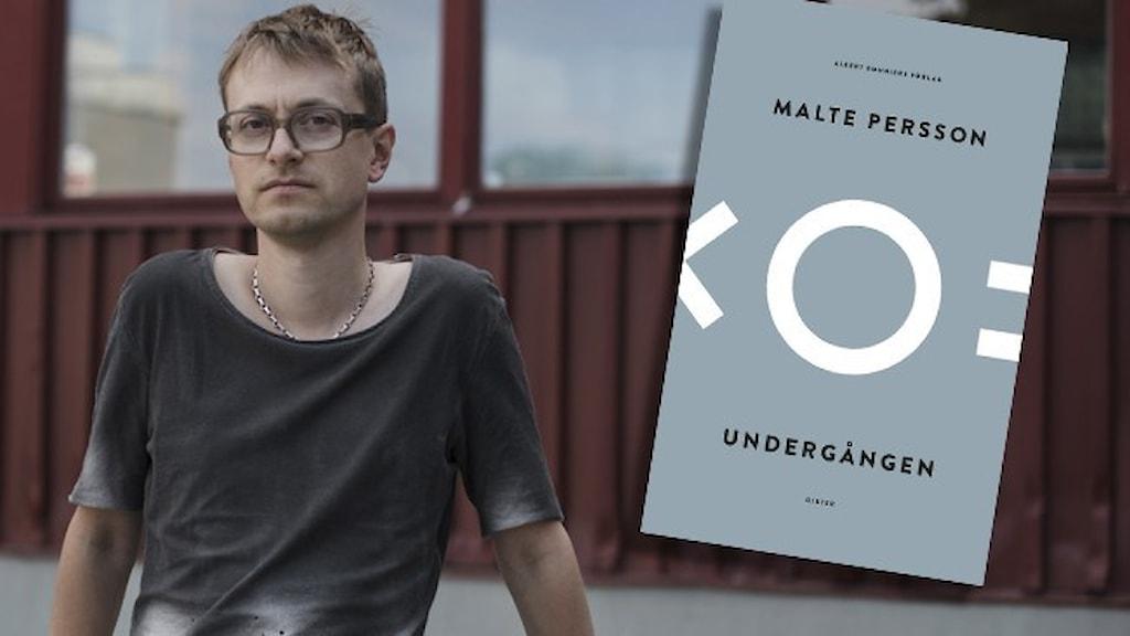 """Författaren Malte Persson, klädd i mörk t-shirt, står framför en råd byggnad. Infällt i bilden är omslaget till hans diktsamling """"Undergången""""."""