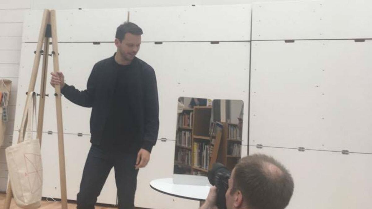 Årets pristagare Daniel Rybakken med sin två av sina verk under prisutdelning på norrmannens tidigare skola, HDK (Högskolan för Design och Konsthantverk).