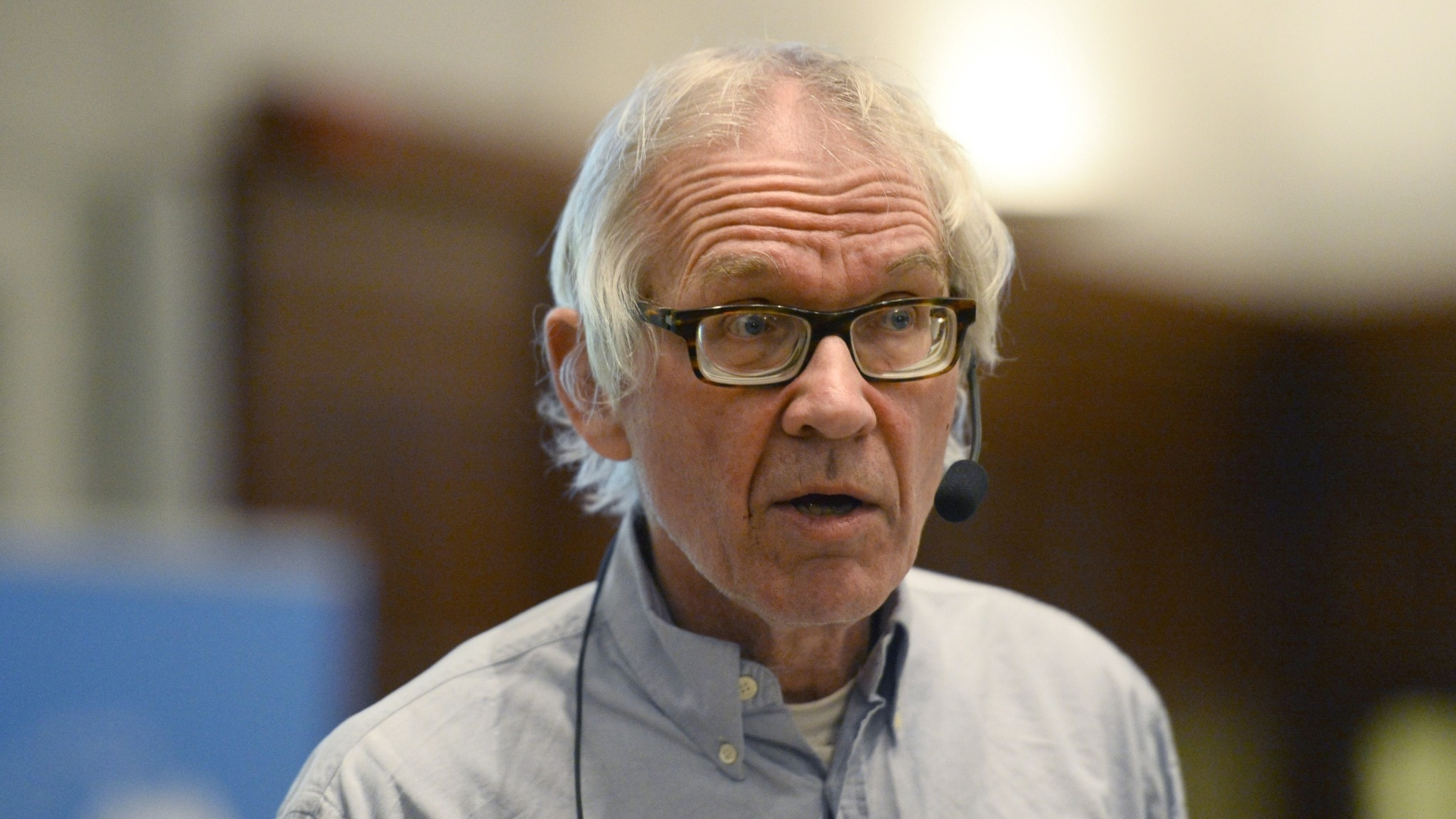 Lars Vilks i närbild med mygga på höger kind.
