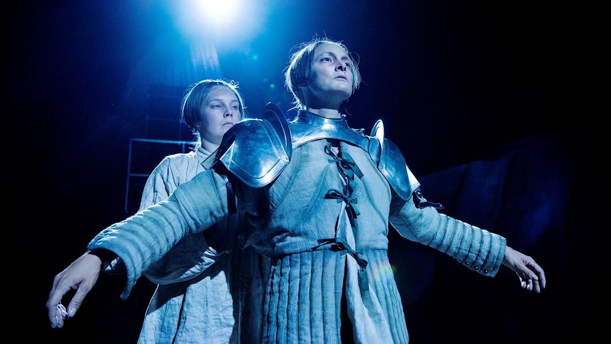 Emelie Strömberg och Anna Harling i Jeanne D'Arc på Backa teater.
