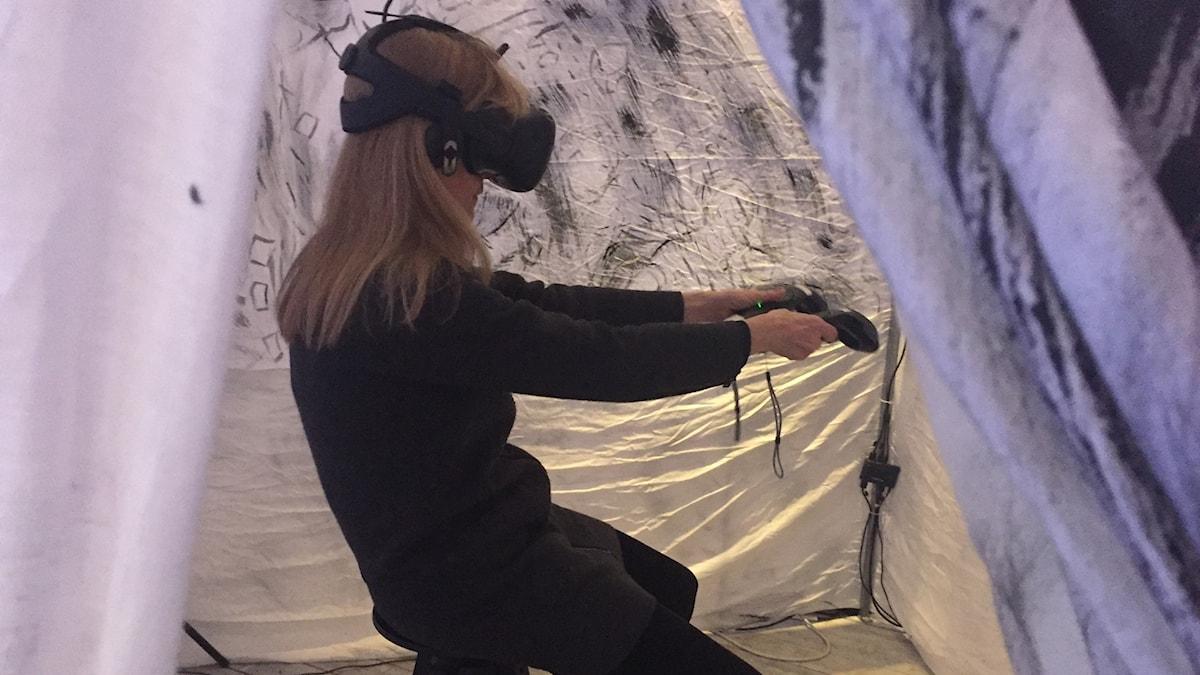 En kvinna som tar del av Laurie Andersons VR-konstverk.