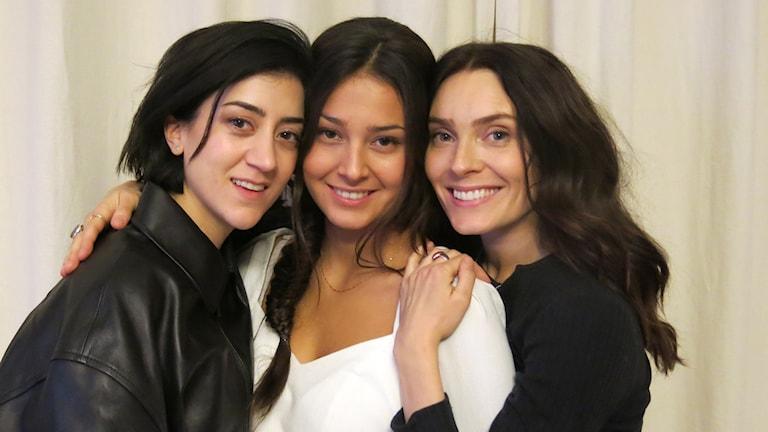 Gizem Erdogan, Nora Rios och Aliette Opheim spelar huvudrollerna i Kalifat.
