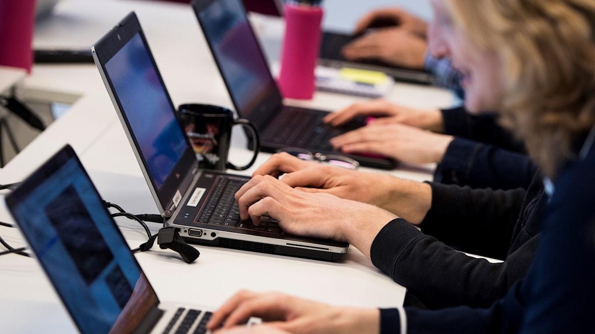 Genrebild på datorer