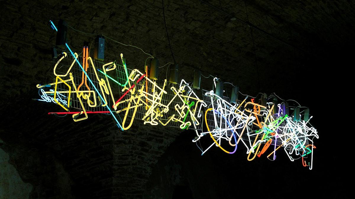 Installation med neonrör av Hans Frode, Fönster mot världen, Borgholms slottsruin.