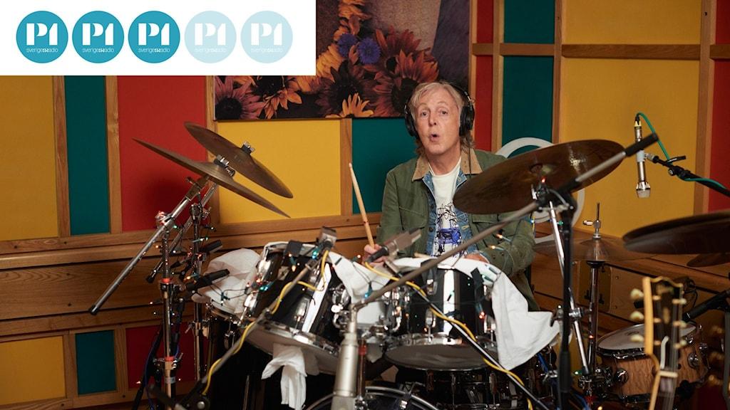 """Paul McCartney vid trumsetet i sin studio. Han spelar alla instrument på """"III"""" själv."""