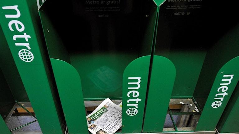 Ett tidningsställ med Metro-tidningar.