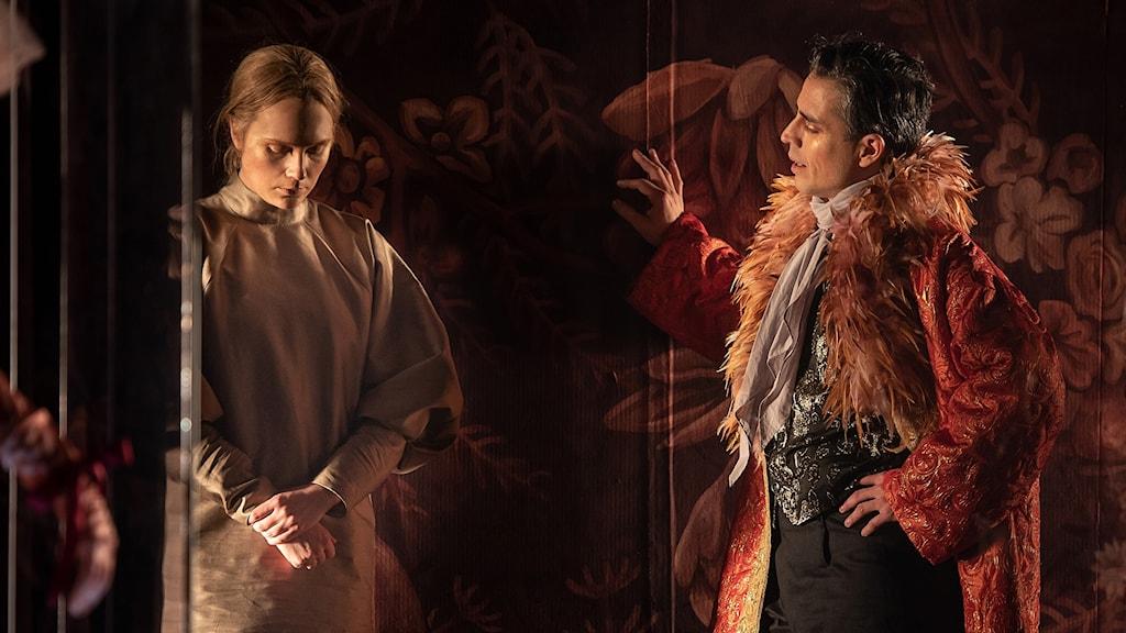 Emma Österlöf och Francisco Sobrado som Jane och Mr Rochester