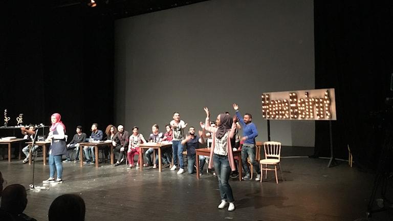 """Karaktärerna i pjäsen """"Hona Beirut"""" på scen i Beirut."""