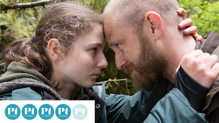 Thomasin McKenzie som Tom, dottern, och Ben Foster som Will, pappan, i Leave no trace. Foto: Lucky Dogs.