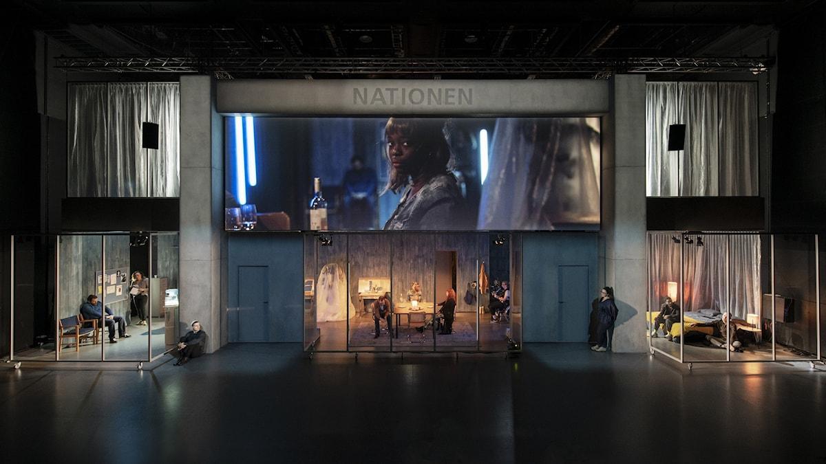 Nationen kombinerar skärmar med scenrum