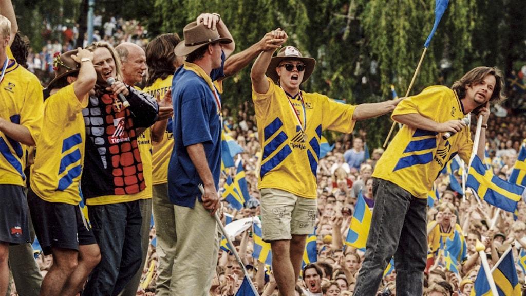 Popgruppen GES i blågula fotbollskläder tillsammans med delar av det svenska herrlandslaget i fotboll efter bronset i VM 1994.