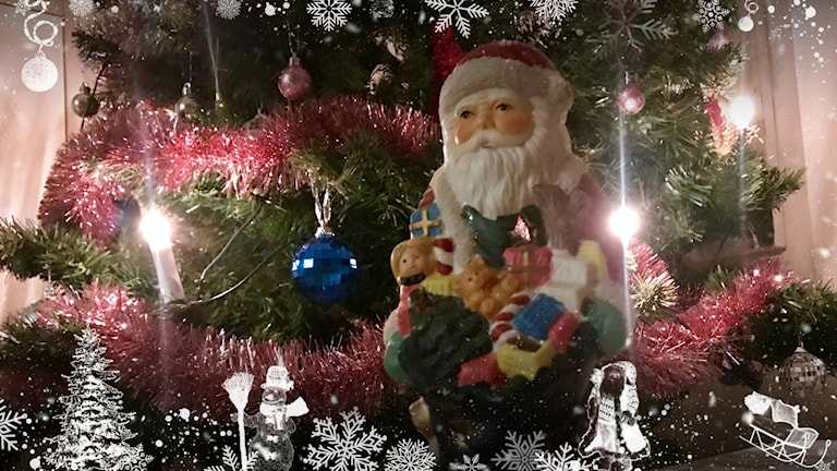 Porslinstomte framför julgran