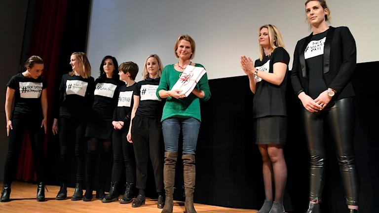 Representanter från 65 #metoo-upprop lämnar över en gemensam kravlista till jämställdhetsminister Åsa Regnér (S)