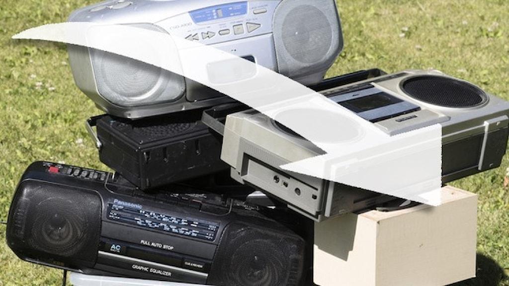 Radioapparater staplade på varandra.