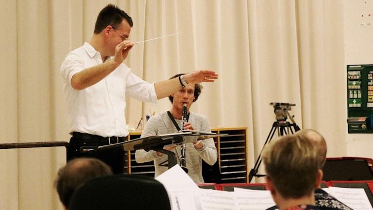 Klarinettisten Magnus Holmander repeterar tillsammans med dirigenten Andreas Hanson och Arméns musikkår. Foto: Max Låke