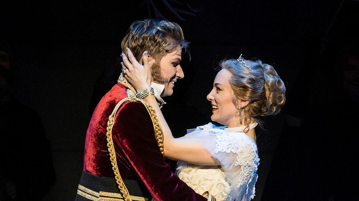 Rossinis Askungen (La Cenerentola) i regi av Lindy Hume, har premiär på Kungliga Operan 25 november 2017. På bilden: Ole Aleksander Bang (Don Ramiro) Johanna Rudström (Angelina/Askungen)
