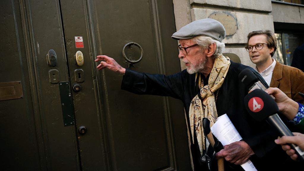 Akademiledamoten Göran Malmqvist anländer till Börshuset