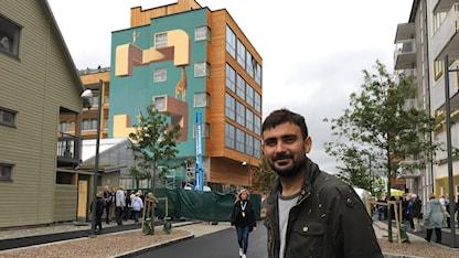 Mehdi Ghadyanloo vill att hans verk ska vara en bro mellan arkitekturen och konsten i bostadsområdet.