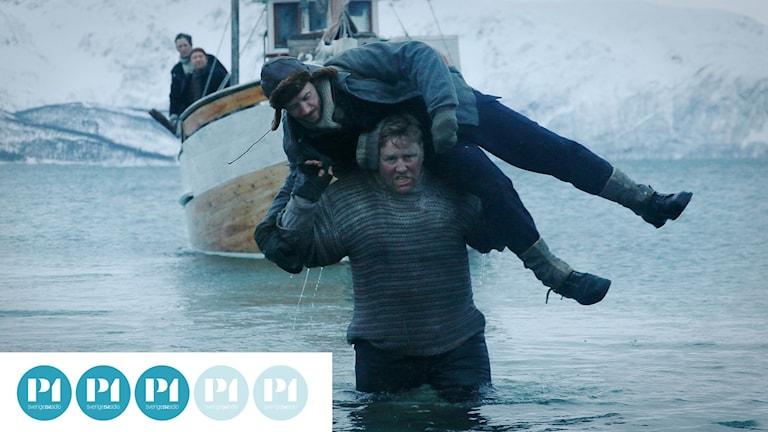 Thomas Gullestad spelar krigshjälten Jan Baalsrud som här bärs i land, i filmen Den 12:e mannen. Foto: Studio S Entertainment.