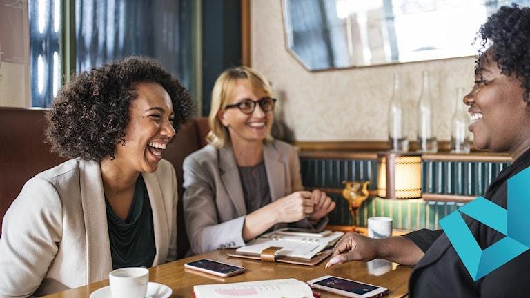 Tre kvinnor diskuterar tillsammans.