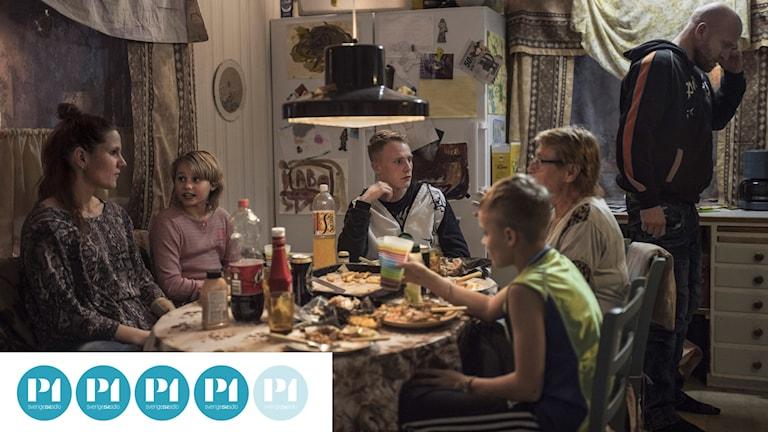 """Middag hemma hos familjen Henebro i filmen """"Goliat""""."""