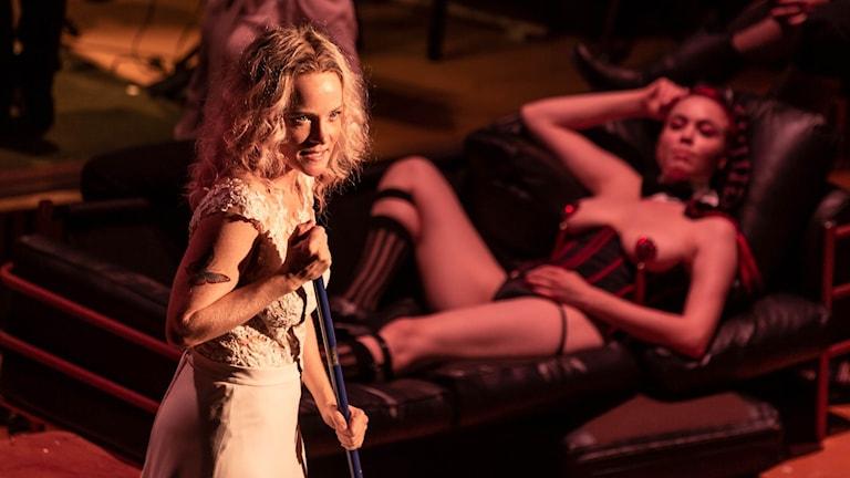 Tolvskillingsoperan på Folkoperan: Maja Rung (Polly), Lidia Bäck (Robert med sågen)